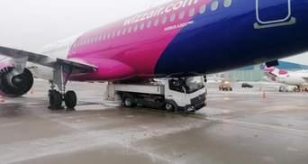 В самолет Wizz Air въехала машина: фото