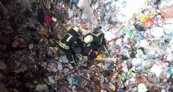 В Киеве мужчина упал в глубокий бункер с мусором: шокирующие фото