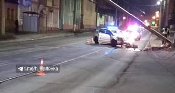 В Харькове патрульный разбил служебное авто и снес столб: фото
