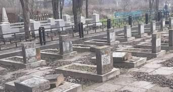 В Херсоне неизвестные повредили памятники братской могилы: фото надругательства