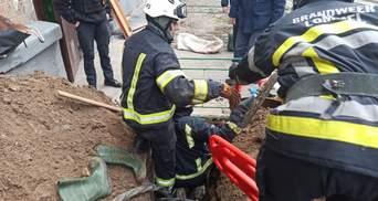 В Киеве мужчину насмерть завалило песком во дворе многоэтажки: фото 18+