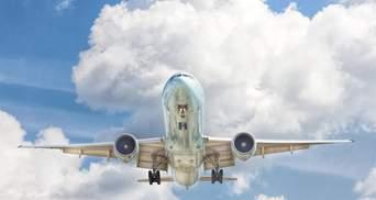 Автомобиль выехал навстречу Boeing, который только приземлился: видео
