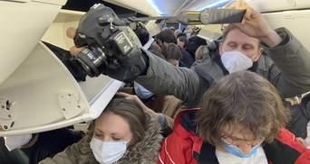 """Самолет с Навальным сел в """"Шереметьево"""", должен был – во """"Внуково"""": что известно"""