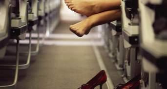 У жодному разі: чому пасажирам не можна знімати взуття на борту літака