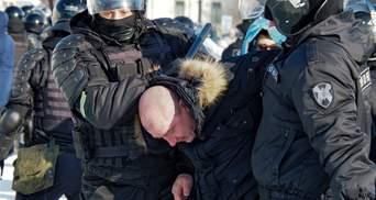 Силовики застосовують силу до прихильників Навального: спалахують сутички – відео