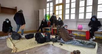 Сотни мигрантов захватили здание бывшего детсада в Париже