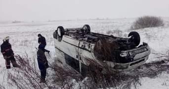 В снежную ловушку на Волыни и Ровненщине попали десятки автомобилей: как их спасали – видео