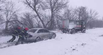 Авто у пастках, дерева повалені, електромережі – обірвані: в Україні лютує негода – фото, відео
