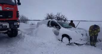 Сотні авто у сніжних пастках і повалені дерева: в Україні досі панує негода – фото, відео