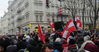 """""""Ні маски, ні дистанції, ні совісті"""": в Австрії тисячі людей вийшли на акції проти карантину"""