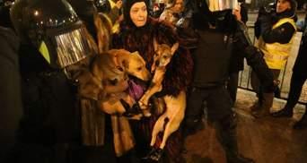 Затримували навіть тварин: у Санкт-Петербурзі в автозак посадили собак та їх власників