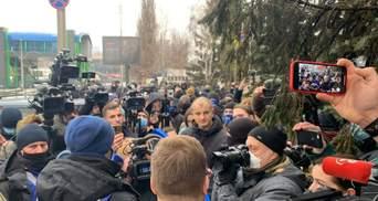 """""""Правий сектор"""" пікетує канал """"НАШ"""": виникла бійка – фото, відео"""