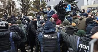 """Участник пикета под телеканалом """"Наш"""" угрожал в полиции, что выпрыгнет в окно"""
