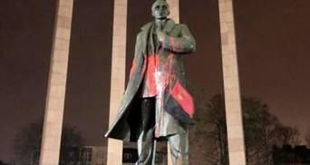Во Львове неизвестные облили краской памятник Степану Бандере: фото