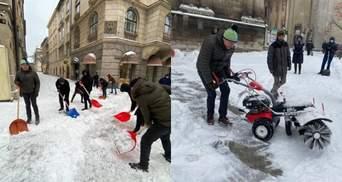Садовий і місцева влада самотужки відгортають сніг в центрі Львова: фото, відео
