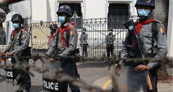 Під час протестів у М'янмі поліція стріляє в людей бойовими патронами: є поранені – відео