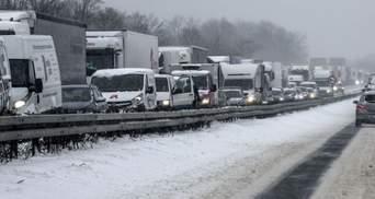 На въезде в Киев на Одесской трассе образовалась большая пробка из грузовиков: видео