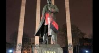 У Львові затримали вандалів, які спаплюжили пам'ятник Степану Бандері: фото