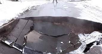 У Києві через аварію на колекторі посеред дороги утворилася величезна яма: відео