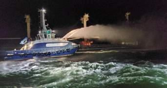 Екіпаж відмовився покидати судно: що відомо про пожежу на кораблі в Чорному морі – відео