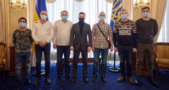 Визволені з полону піратів моряки Stevia повернулися до України: з ними зустрівся Зеленський
