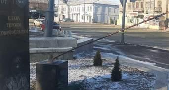 На Луганщині вандали пошкодили пам'ятник Героям-добровольцям: фотодоказ