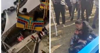Аварія у парку розваг у Китаї: завалилася висока карусель із десятками людей – відео