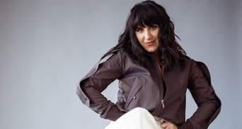 Джамала появилась на съемках в обольстительном свитере с обнаженными плечами: фото образа