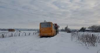 На Буковині шкільний автобус із дітьми застряг у заметі: фото