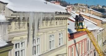 Во Львове на пару упала глыба льда с крыши частного отеля: девушка получила много переломов