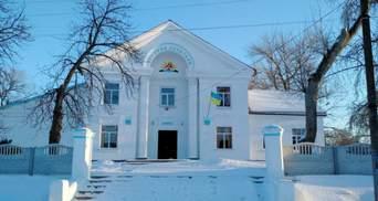 Замість декомунізації – комунізація: на Полтавщині на будинку культури відновили серп і молот