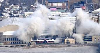В США взорвали заброшенное казино Трампа: впечатляющие видео падения здания