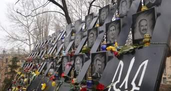 Со слезами на глазах: в Киеве поминают память Героев Небесной Сотни