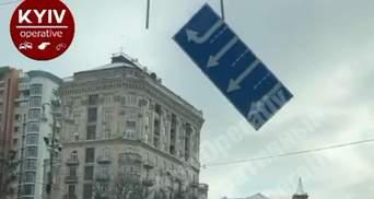 На Хрещатику дорожній знак впав на машини: відео