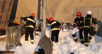 Во Львове от веса снега обвалилась крыша: 7 человек оказались в ловушке – фото и видео