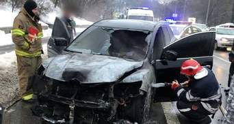 В Киеве на Дружбы народов посреди дня загорелось авто: начались проблемы с движением – видео