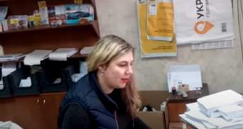 """Маски не мала, мови не знала: скандал на """"Укрпошті"""" закінчився звільненням працівниці"""