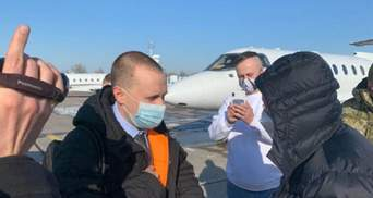 """Хотів втекти з країни: НАБУ посадило літак з фігурантом справи """"Привату"""" Володимиром Яценком"""