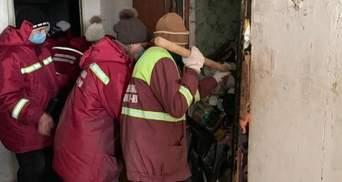 Сусід не прибирає вдома – викликай поліцію: у Києві із захаращеного житла вивезли 20 тонн сміття
