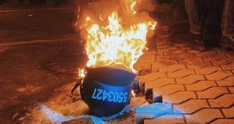 Зірвали з правоохоронців: мітингувальники на протестах через вирок Стерненку палять шоломи