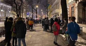 """""""Свободу Стерненко"""": из-за карантина активисты в Варшаве протестуют по очереди – фото"""