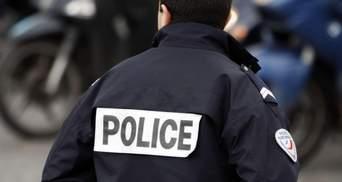 Прижимал 5 минут: в США полицейский снова задушил мужчину, он умер в больнице