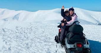 Оля Цибульська показала, як відпочиває в засніжених горах з сином і чоловіком: милі фото