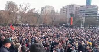 Протестующие в Ереване перекрывают баррикадами центр города: видео