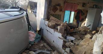 Под Днепром автомобиль вылетел с дороги и влетел в дом, среди пострадавших дети: фото