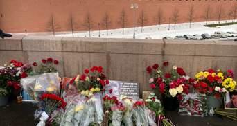 Роковини вбивства Нємцова: росіяни встелили квітами міст біля Кремля