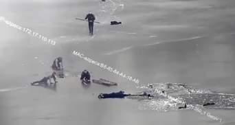 У Дніпрі 4 людей провалилися під кригу, їх заледве врятували патрульні: відео