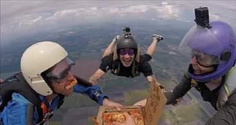 Перекусить в полете: парашютисты выпрыгнули из самолета и сьели пиццу на высоте 5 тысяч метров