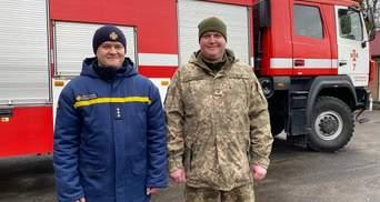 Спасатель и военный на Волыни вынесли бабушку из горящего дома