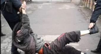 Душили коліном і тягли за кайданки: сумських поліцейських підозрюють у насиллі